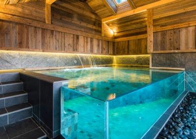 Réalisation d'une piscine-spa avec parois en verres