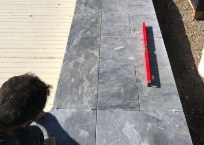 Construction d'une piscine et habillage en pierres
