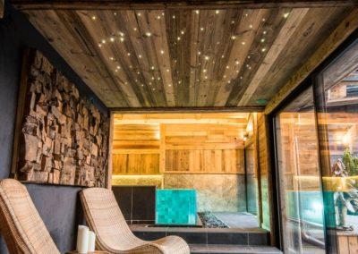 Piscine intérieur chalet - parois en verre et débordement