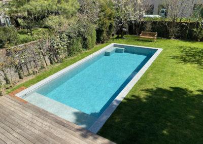 Création piscine avec carrelage, pierre naturelle et volet solaire