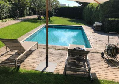 Transformation en piscine miroir avec terrasse en carrelage et volet solaire
